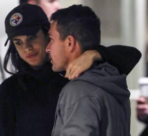 Elisabetta Canalis et son chéri Brian Perri, fous amoureux à l'aéroport de LA le 30 janvier.