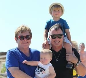 Elton John et David Furnish et leurs deux enfants Zachary et Elijah à Saint-Tropez en août 2013.