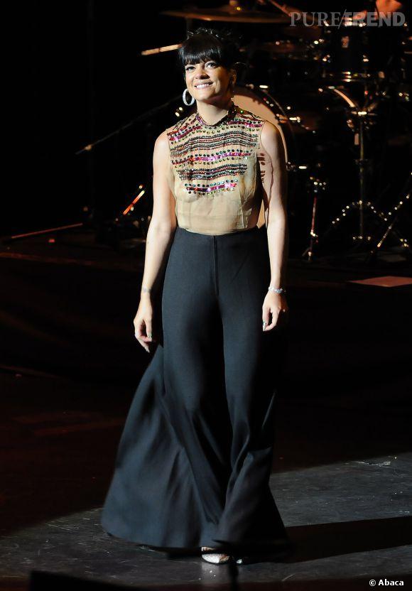 Le 1er avril 2014 à Londres au Royal Albert Hall, Lily était venue soutenir CORAM. Elle portait ce soir là un haut très sexy signé WilliamVintage.