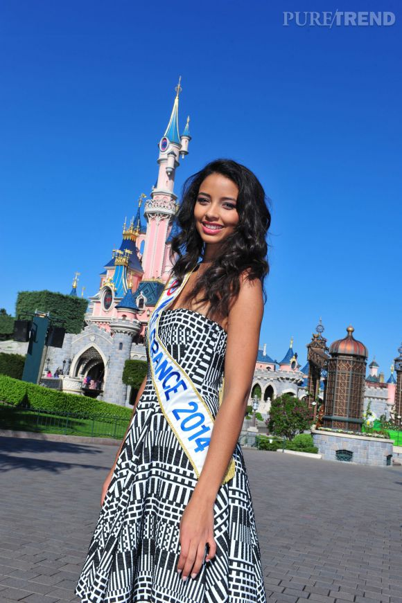 "Flora Coquerel fête les 50 ans de ""It's a Small World"" à Disney Land Paris le 10 avril 2014."