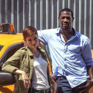 """Chyler Leigh et Jacky Ido dans la nouvelle série de TF1 """"Taxi Brooklyn""""."""