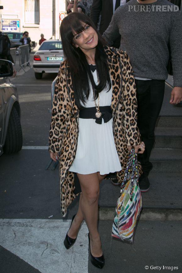 Lily Allen fait mouche à Paris dans une petite robe Chanel et un manteau léopard sur les épaules.