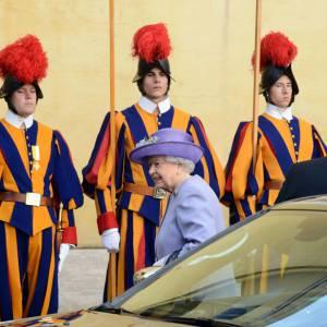 Elizabeth II : 10 bonnes raisons d'accepter de devenir son nouveau serviteur.