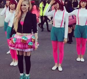 Puur prouver qu'elle aime vraiment le Japon, Avri Lavigne a mis en ligne le making-of du clip Hello Kitty sur Youtube le 24 avril 2014.
