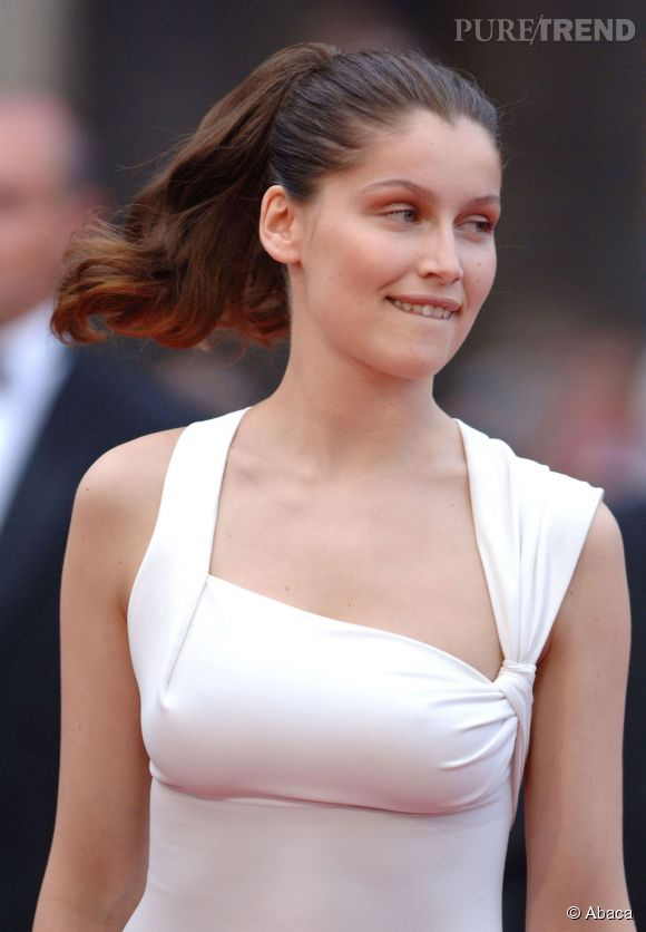 Laetitia Casta dans sa robe blanche immaculée.