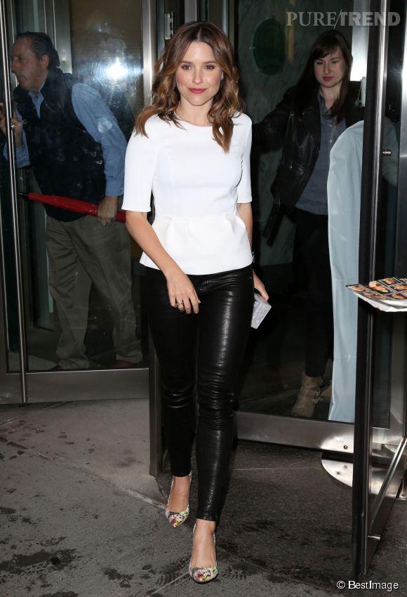 Sophia Bush ose le pantalon en cuir à New York.