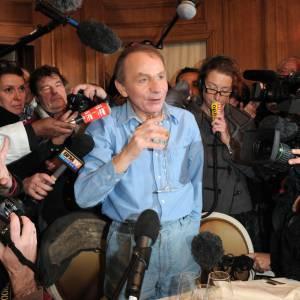 Michel Houellebecq remporte le prix Goncourt en 2010, depuis il est sans cesse assailli par les journalistes.