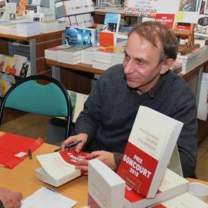 Mais Michel Houellebecq se fiche de sa coupe, l'important pour lui c'est de plaire à ses lecteurs.
