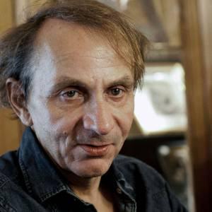 Selon ses propres mots, Michel Houellebecq est en voie de clochardisation niveau style. Mais non Michel, la chemise est très bien, par contre la coupe...