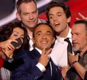 """Jenifer, Garou, Mika, Florent Pagny et Nikos Aliagas en plein selfie sur le plateau de """"The Voice"""" saison 3."""