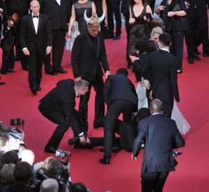 """Panique sur la tapis rouge du Festival de Cannes 2014 lors de la montée des marches de """"Dragons 2"""" où un homme s'est glissé sous la robe d'America Ferrera."""