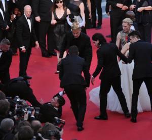 """Panique sur la tapis rouge du Festival de Cannes 2014 lors de la montée des marches de """"Dragons 2"""", mais America Ferrera préfère en rire."""