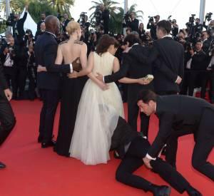 """Lors de la montée des marches de """"Dragon 2"""" à Cannes 2014, un homme s'est glissé sous la jupe d'America Ferrera. L'actrice ne risque pas d'oublier sa première fois au Festival de Cannes !"""