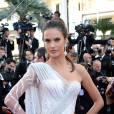"""Alessandra Ambrosio en robe Atelier Versace lors de la montée des marches pour """"Deux jours une nuit"""" au 67ème Festival de Cannes."""