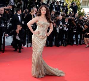"""Aishwarya Rai en robe bustier Roberto Cavalli et bijoux de Grisogono lors de la montée des marches pour """"Deux jours une nuit"""" au 67ème Festival de Cannes."""