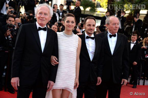 """Jean-Pierre Dardenne, Marion Cotillard, Luc Dardenne et Fabrizio Rongione lors de la montée des marches pour """"Deux jours une nuit"""" au 67ème Festival de Cannes."""
