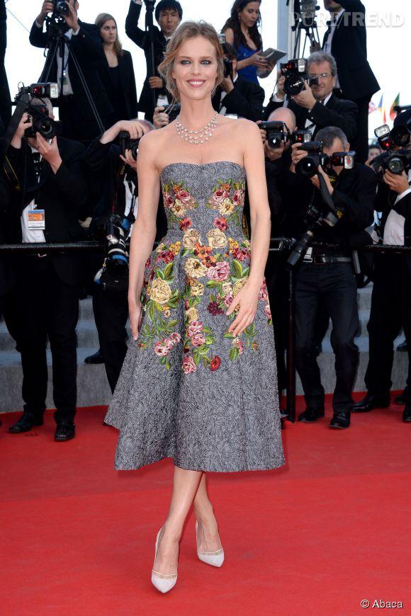"""Eva Herzigova en Dolce & Gabbana lors de la montée des marches pour """"Deux jours une nuit"""" au 67ème Festival de Cannes."""