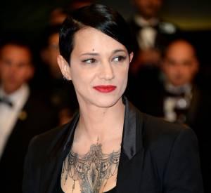 Asia Argento et son tatouage XXL lors de la montée des marches jour 9, au Festival de Cannes 2014.