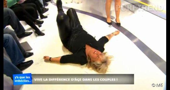 """Valérie Damidot fait une chute mémorable durant le numéro de son talk-show """"Y a que les imbéciles qui ne changent pas d'avis"""" du 24 mai 2014."""