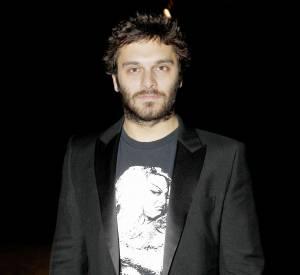 Veste de smoking et jean, l'équation mode préférée de Pio Marmaï.