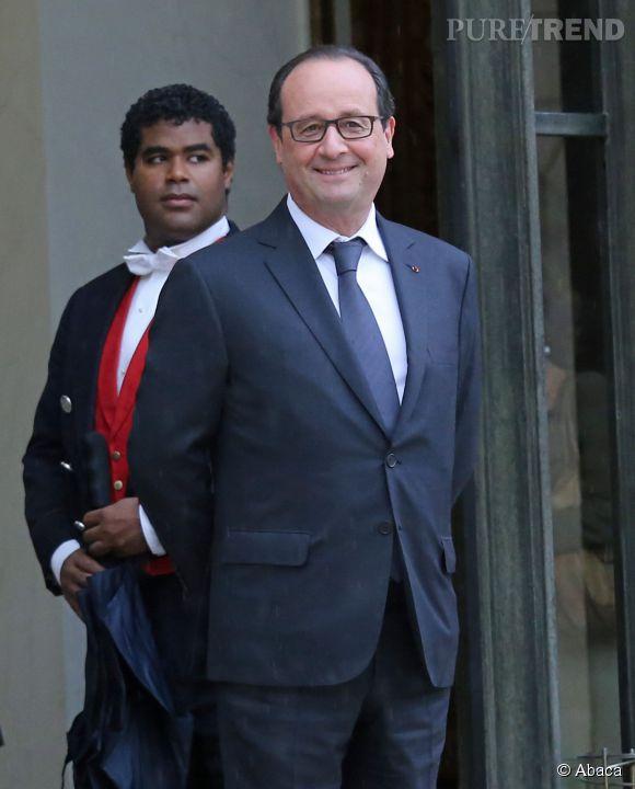 François Hollande, fier de ses nouvelles lunettes.