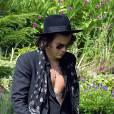 Harry Styles ne laisse cependant pas apparaître ses extra-tétons...dommage.