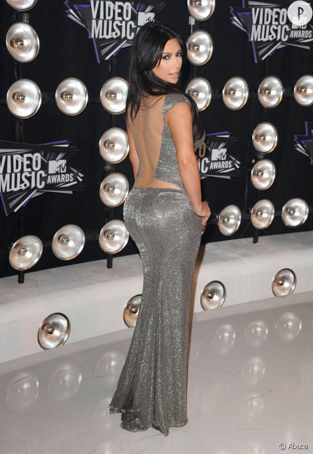 Kim Kardashian a trouvé sa pose fétiche !