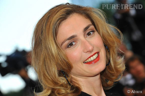 Julie Gayet ourle sa bouche de rouge... glamour, toujours !