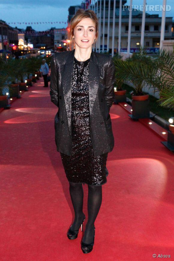 Julie Gayet ose les robes à paillettes.