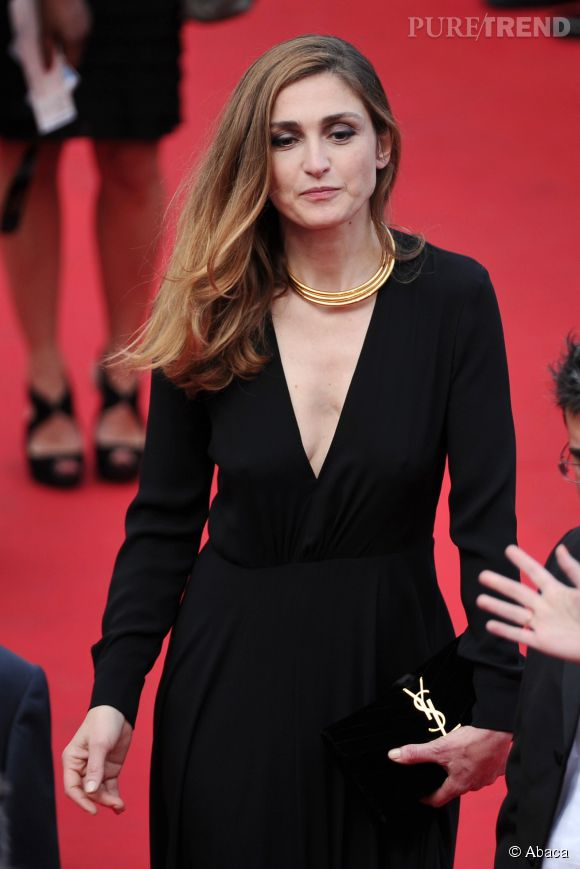 Julie Gayet, un décolleté fendu et une jolie robe noire... Le parfait combo !