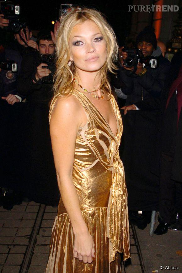 Kate Moss s'offre une coupe de champagne moulée sur son sein gauche.