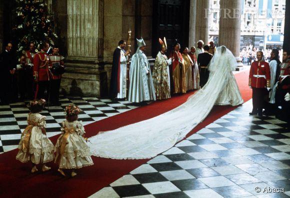 Sa robe est dotée d'une traîne de 8 mètres de long.