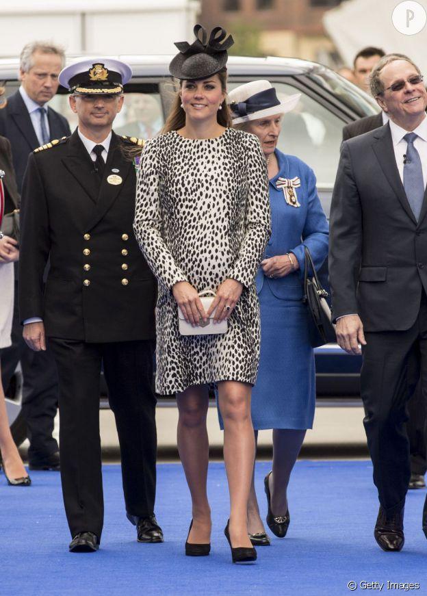 Kate Middleton porte une jolie petite pochette blanche qui accompagne parfaitement son manteau.