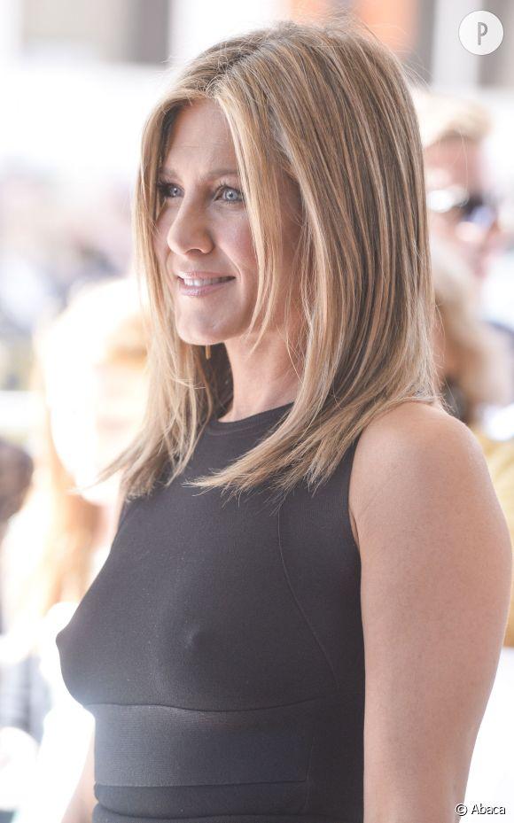 Jennifer Aniston dans une jolie petite robe noire...