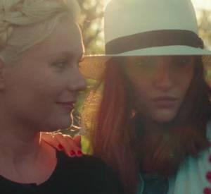 """Kirsten Dunst, dubitative et critique face au phénomène du selfie dans le court métrage """"Aspirational"""" de Matthew Frost."""