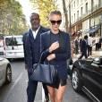 Rosie Huntington-Whiteley mixe mini jupe et blazer chic : l'équation gagnante.