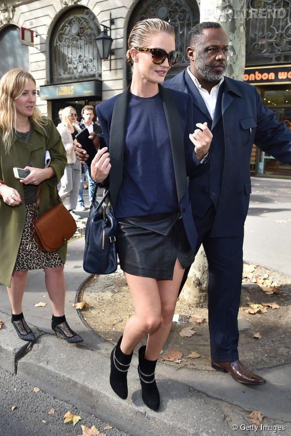 Rosie Huntington-Whiteley, le wet look sexy de la Fashion Week de Paris Printemps-Eté 2015.