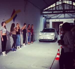 Partenaire du défilé, Kia Motors a mis à disposition une voiture qui dépose certaines des mannequins sur le catwalk.