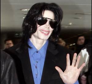Michael Jackson aurait subi des opérations de chirurgie pour se débarrasser de son physique d'Afro-américain (bien que le changement de sa carnation soit certainement du à une maladie de la peau).