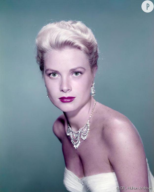 La princesse Grace Kelly de Monaco porte avec élégance les parures Cartier.