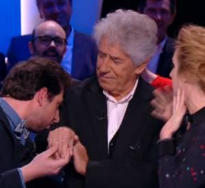 """Mr Poulpe baise la main de """"son maître à penser"""", hier soir dans """"LGJ"""" de Canal+."""