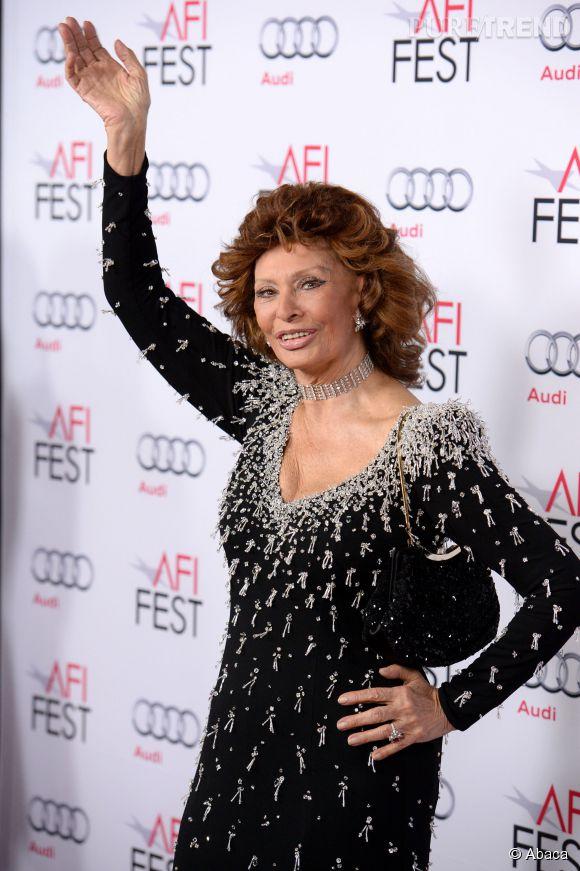 Sophia Loren en robe précieuse rebrodée de cristaux.