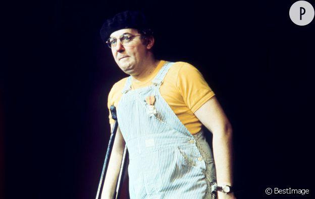 Coluche, l'homme à la salopette bleue rayée et le t-shirt jaune.