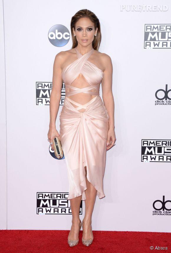 Jennifer Lopez montre ses abdos dessinés dans une robe très légère de couleur nude, signée Reem Acra.