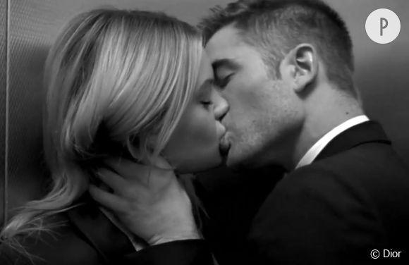 Camille Rowe et Robert Pattinson dans la publicité du parfum Dior Homme.