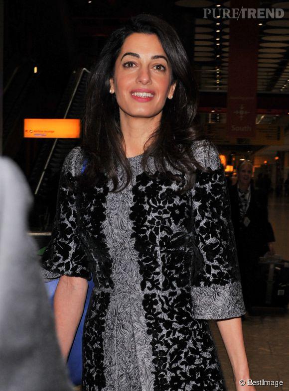 Amal Clooney, une avocate très lookée pour prendre l'avion.
