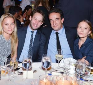 Mary-Kate Olsen et Olivier Sarkozy posant avec des amis lors d'un gala organisé pour la défense des droits de l'enfant.