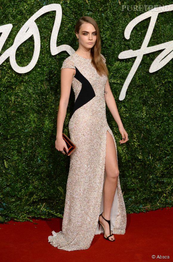 """Cara Delevingne """"Mannequin de l'année"""" en robe Burberry aux British Fashion Awards 2014 à Londres le 1er décembre 2014."""