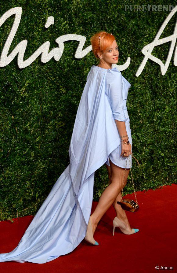 Lily Allen terriblement audacieuse en robe asymétrique Vivienne Westwood aux British Fashion Awards 2014 à Londres le 1 décembre 2014.