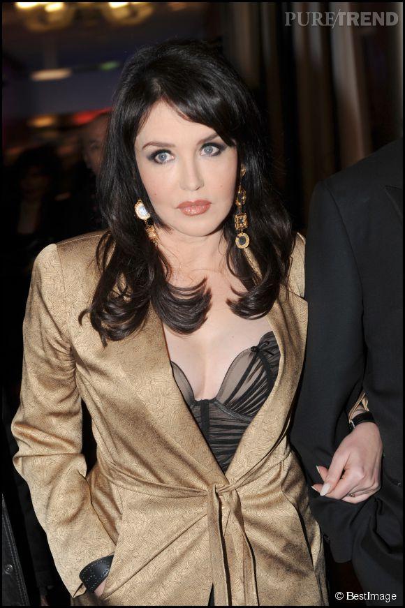 Isabelle Adjani défend Valérie Trierweiler dans une interview donnée au magazine Le Point.